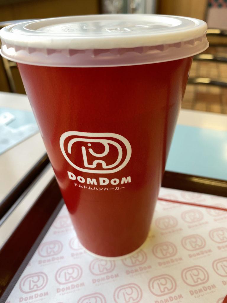 ドムドムハンバーガーの紙コップにもどむぞうくんのロゴ