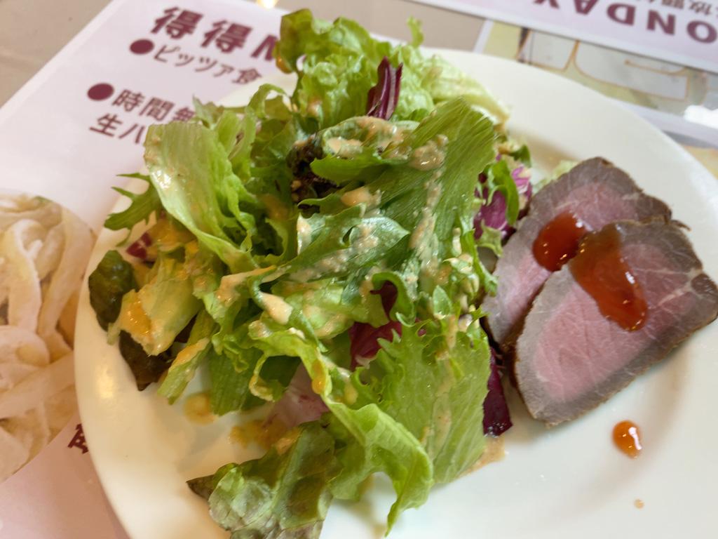 前菜とサラダ。野菜の量もたっぷり