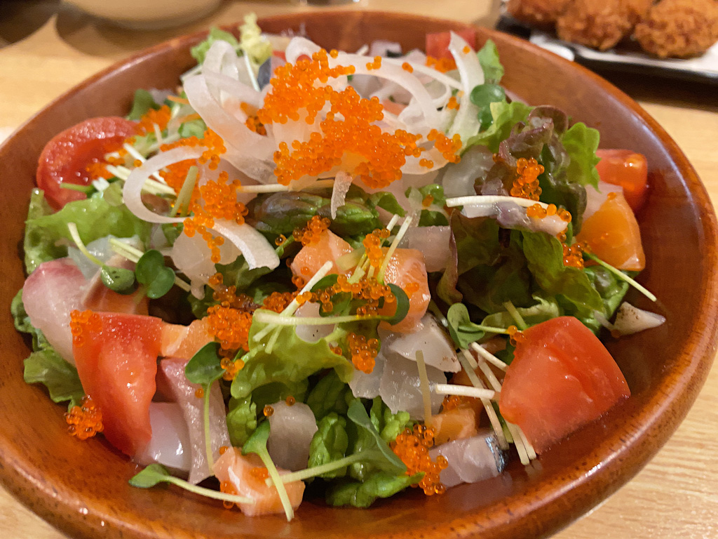 海鮮サラダ 750円。ハーフ 350円