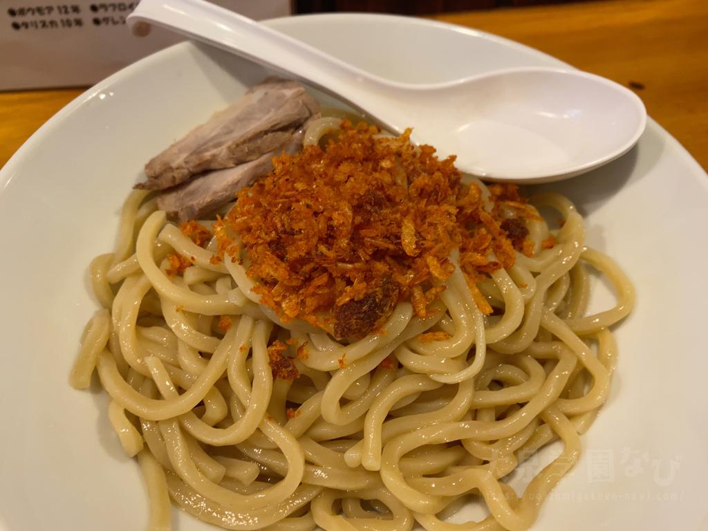 スープに良く合う中太麺