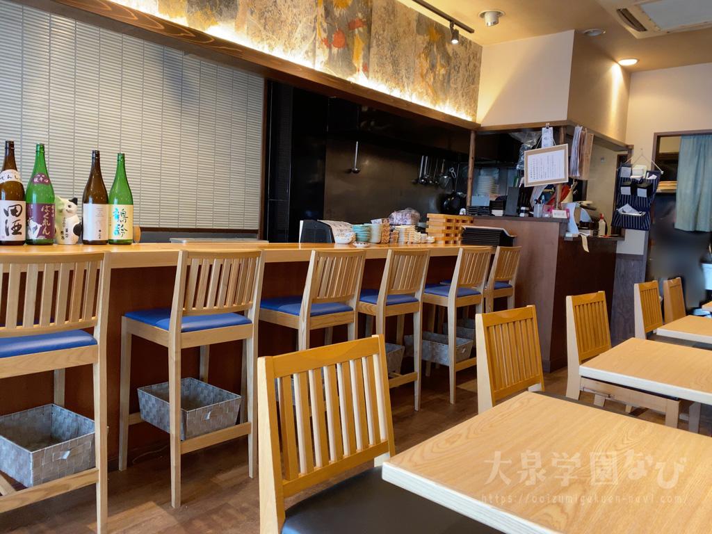 東京夜市 大泉学園 カウンターと座席、奥が厨房